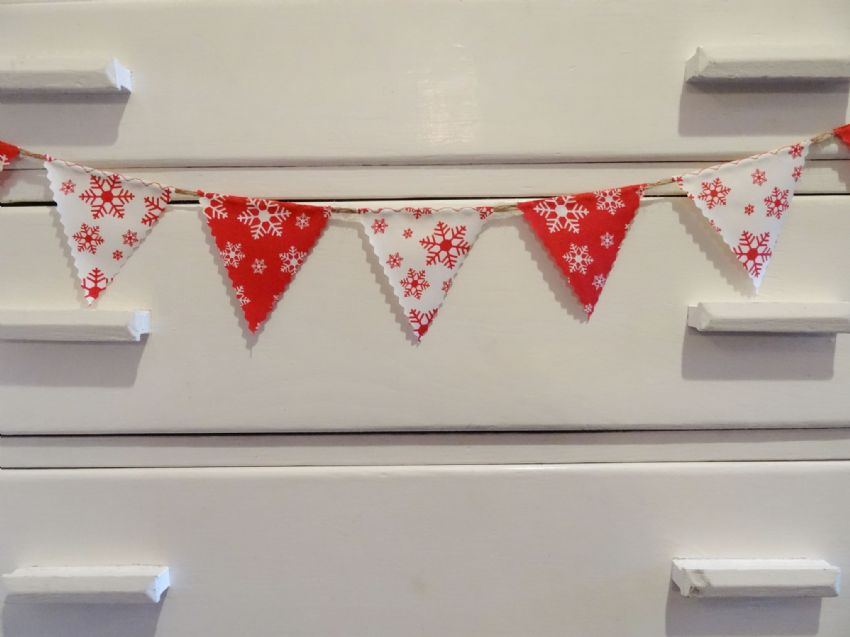 BUNTING Very Mini - Red & Cream Snowflakes - 1 metre - Christmas